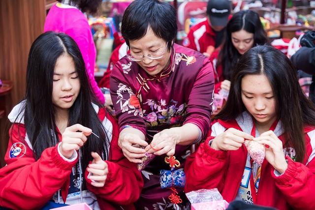"""做一回""""小小中药师""""中医文化,澳洲青少年走进传统中医文化"""